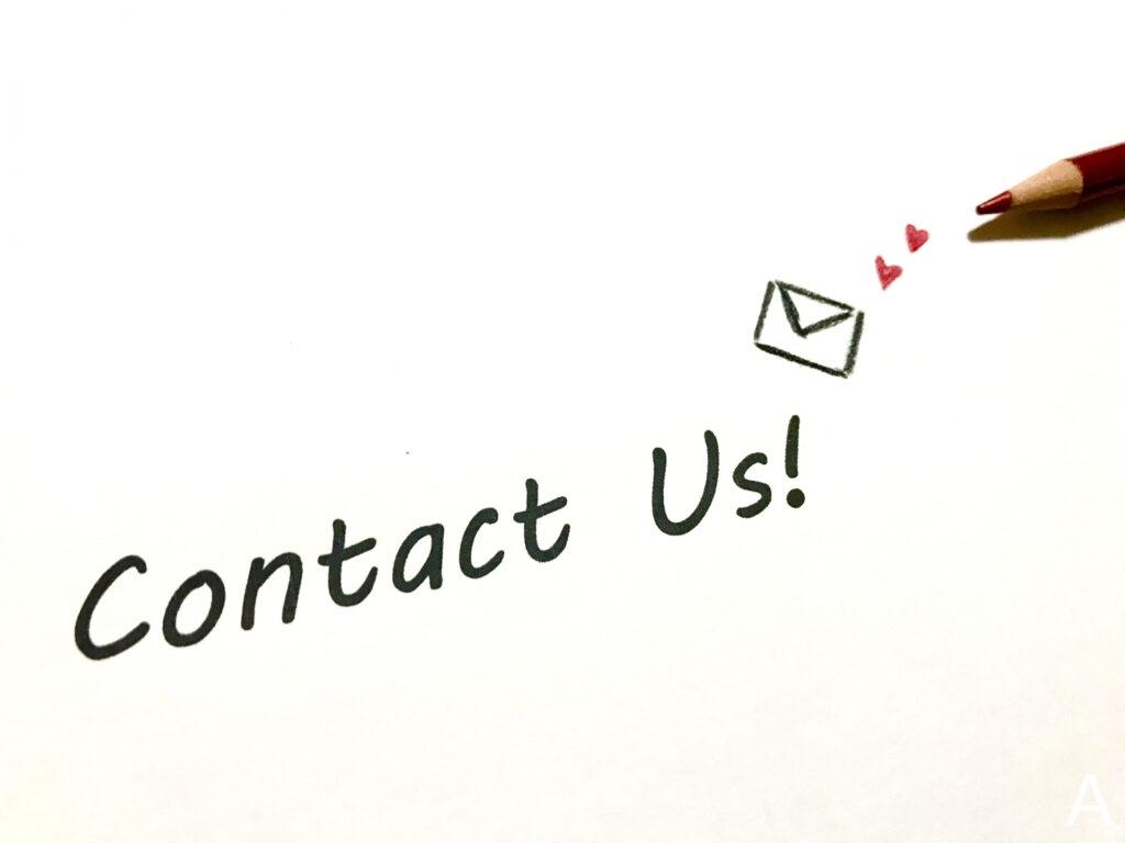 Contact_usの文字とメールのイラスト