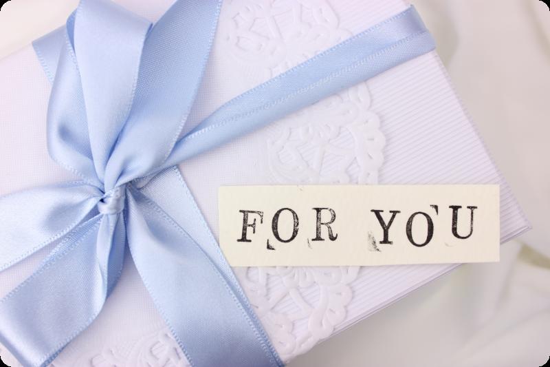 白い箱にブルーのリボンとFOR YOUの文字