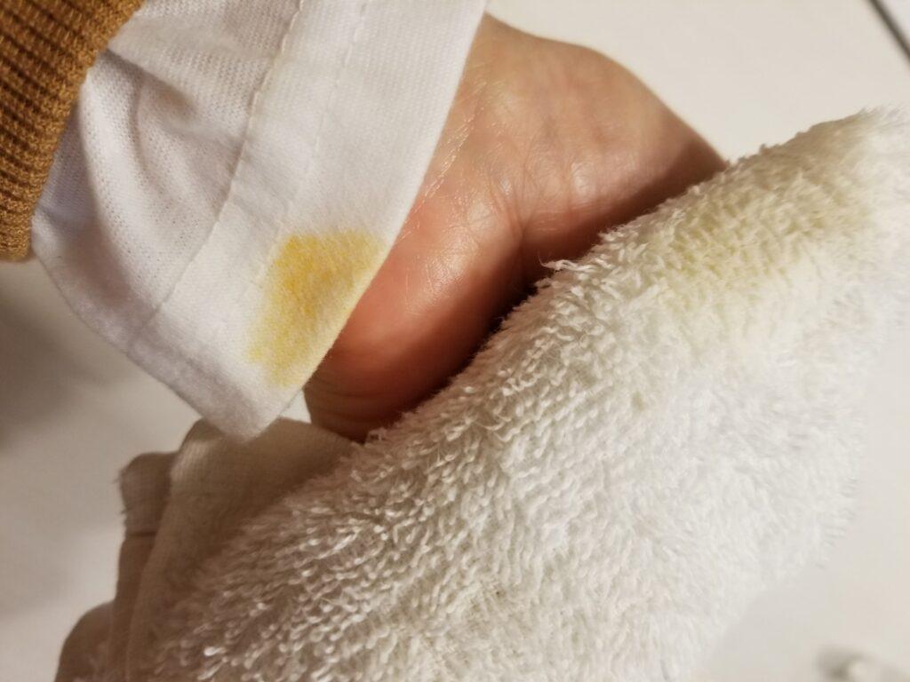 袖口についた黄色いシミ