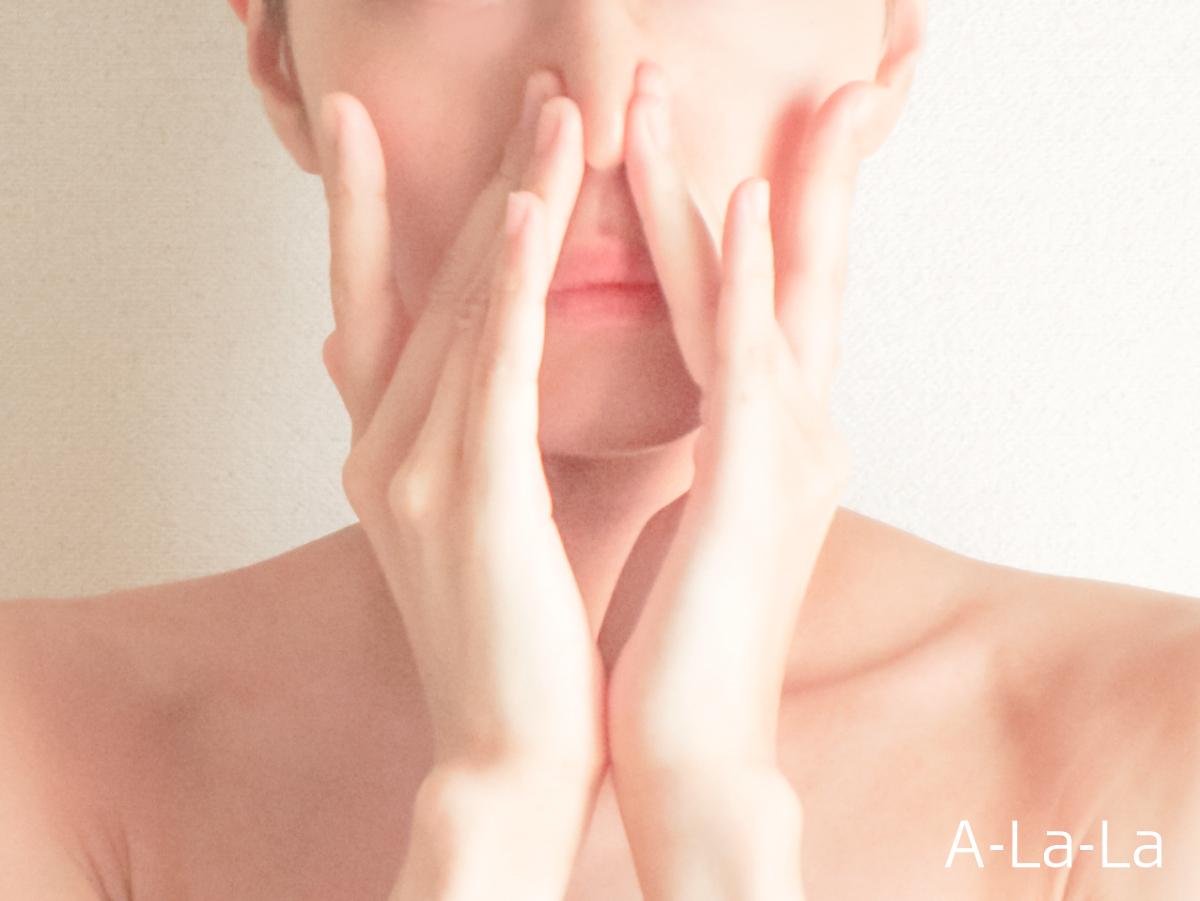 両手で小鼻を抑える女性