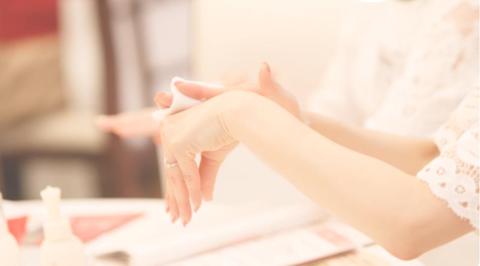コットンを使って化粧品の使用感を手の甲を確認